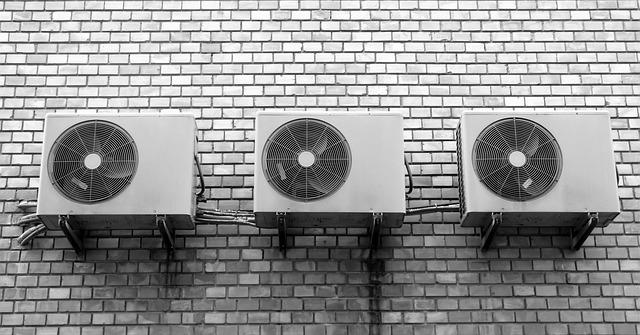 zeď s ventilátory