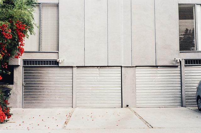 garážová vrata a příjezdová cesta